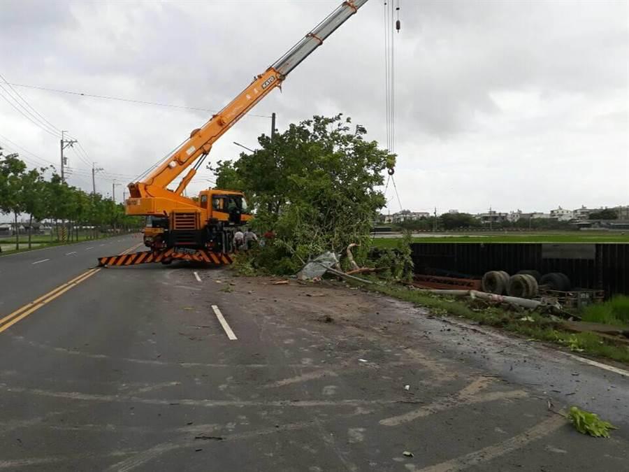 專業吊車將貨車吊起後,受困司機才被救出。(劉秀芬翻攝)