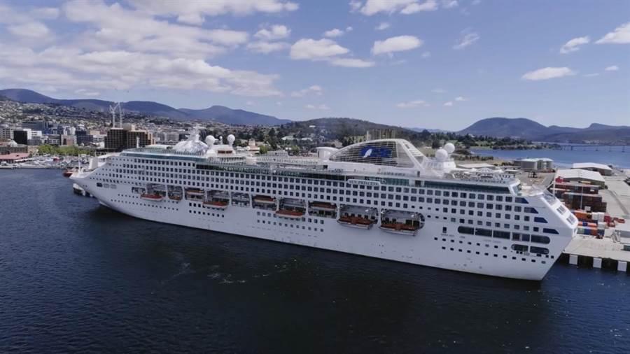 太陽公主號郵輪今早在日本海域傳出女遊客墜海,尋獲時已經死亡。(翻攝官網)