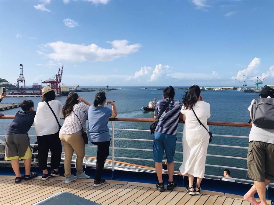 公主郵輪調閱監視畫面,發現女遊客從11層甲板欄杆落海。(許家寧翻攝)