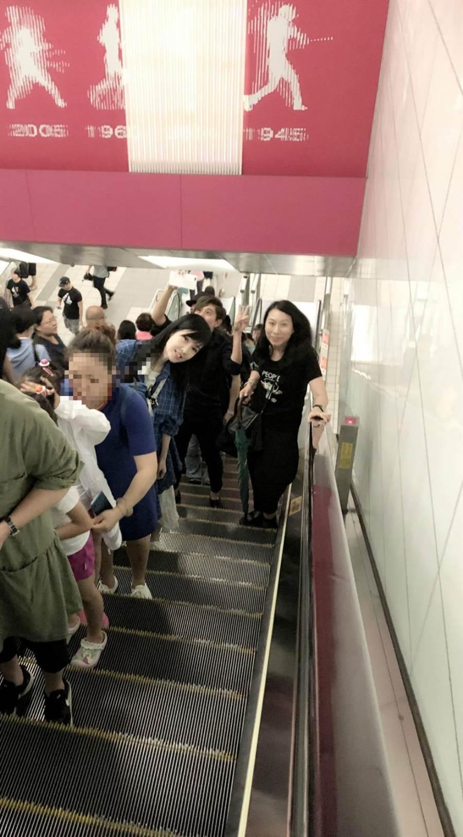 周慧敏第一次搭乘台北捷運,興奮地像小孩子一樣東張西望。(寬宏藝術/福茂唱片提供)
