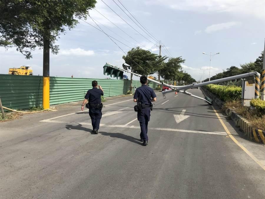 交通隊員警緊急到場交管,並通知外包廠商來拆解排除。(謝瓊雲翻攝)