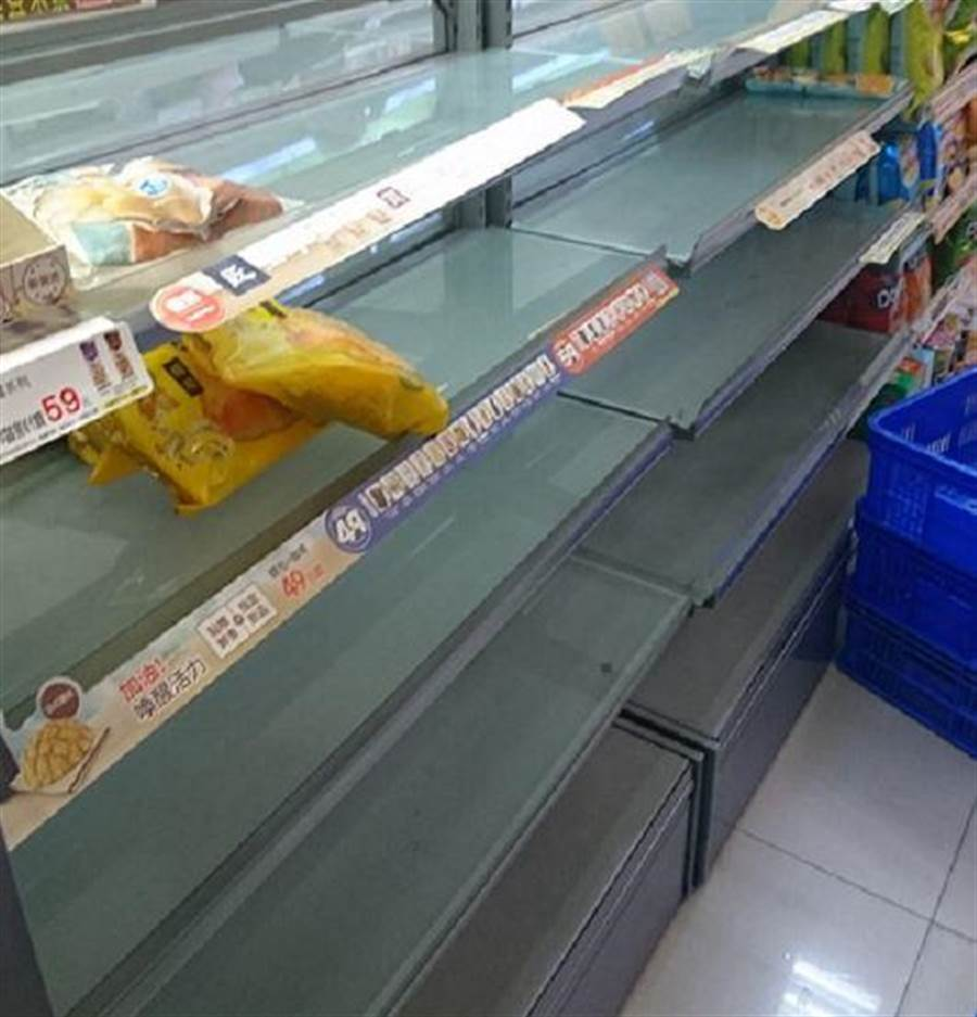 網友在爆廢公社分享一張照片,發文說,颱風天像世界末日。(翻攝《爆怨公社》)