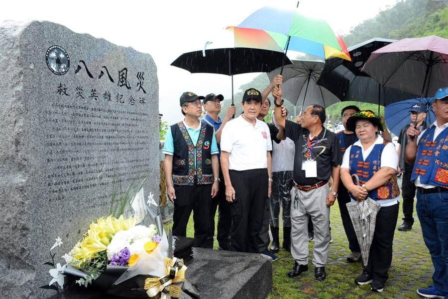 前總統馬英九(左二)前往霧台鄉谷川大橋,向3名在風災中因補給而喪命的救災英雄致敬。(林和生攝)