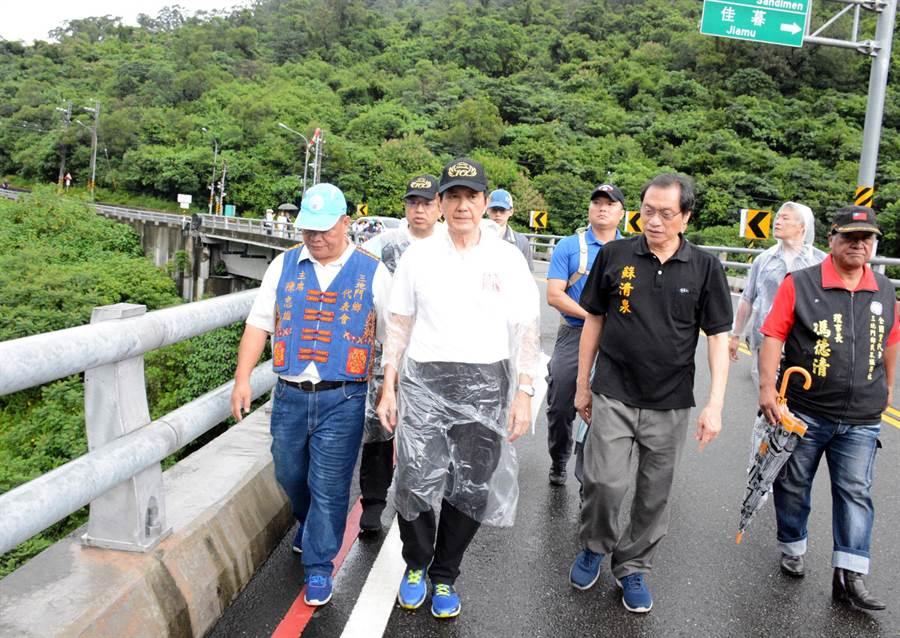 前總統馬英九(左二)走上谷川大橋,巡視山林間10年來的變化。(林和生攝)