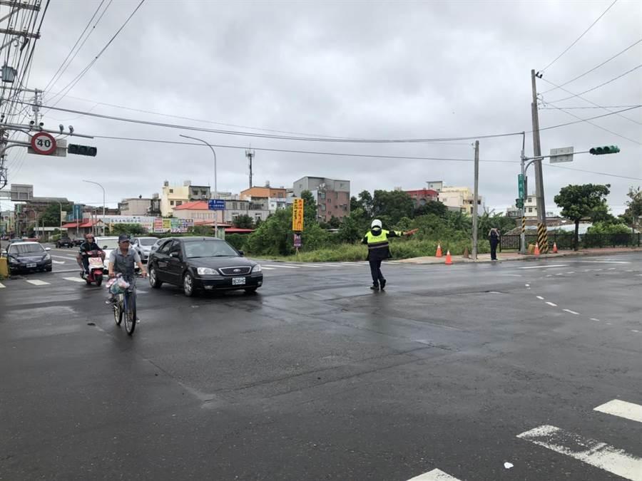 颱風過境交通號誌不亮,楊梅警疏導車行通過。(警方提供)