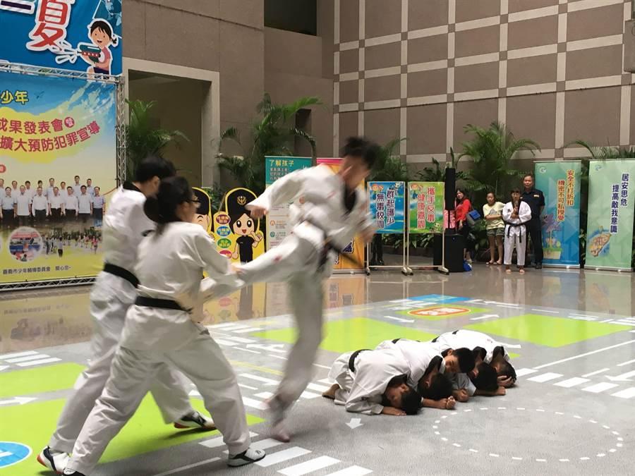 嘉義市警察局青春專案夏令營活動,青少年學子表演跆拳道防身術,虎虎生風。(廖素慧攝)