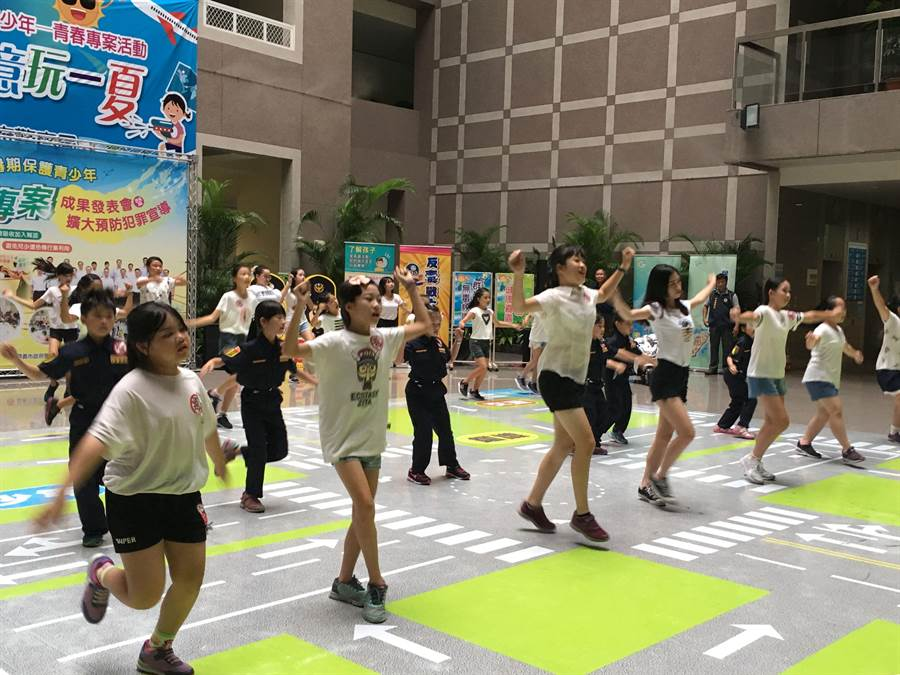 嘉義市警察局青春專案夏令營活動,青少年學子熱舞,洋溢青春活力 。(廖素慧攝)