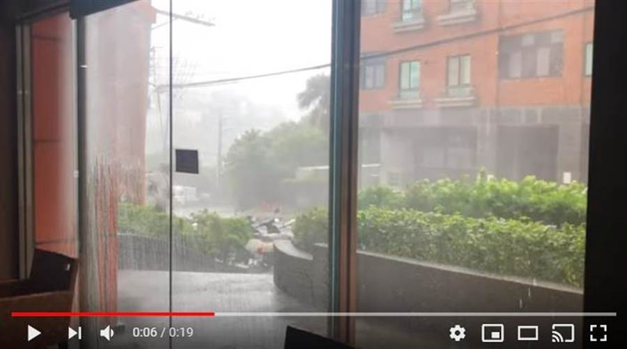 淡水民眾在爆料公社PO影片。(擷圖自PTT)