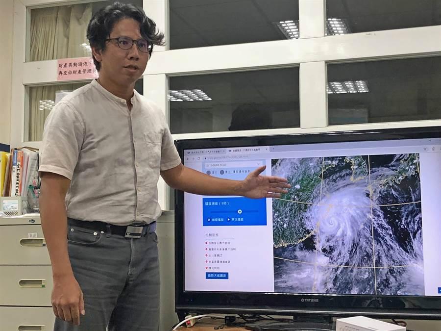 金門氣象站主任曹嘉宏說明,連2天高溫與受「利奇馬」颱風外圍下沉氣流影響有關。(李金生攝)