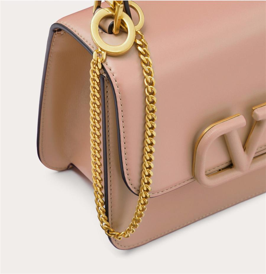 Valentino Garavani VSLING奶茶色亮澤小牛皮肩背包,7萬6000元。(品牌提供)