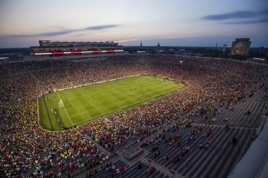 足球迷進場觀看利物浦與多特蒙德的表演賽。(美聯社資料照)