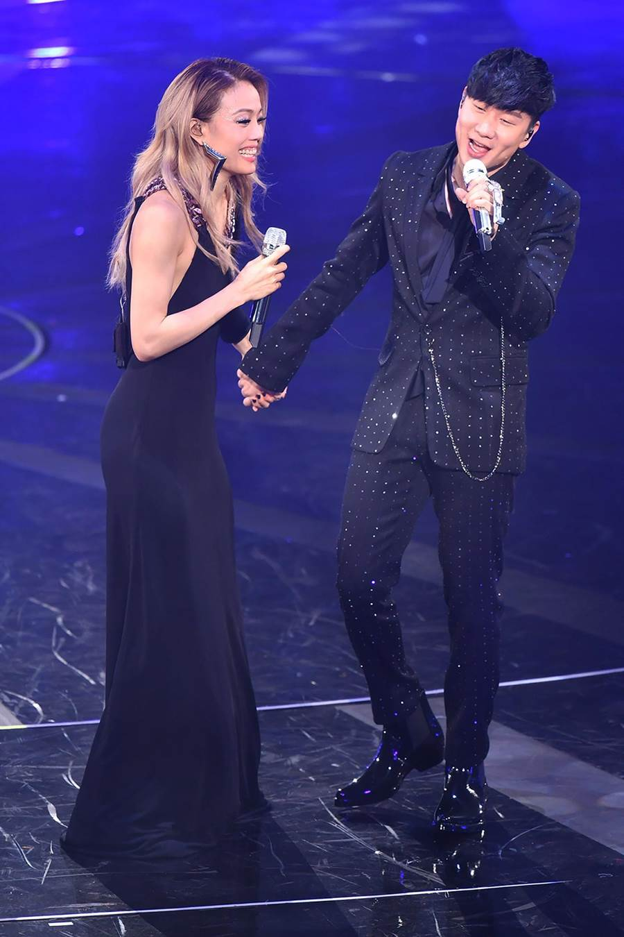 容祖兒(左)昨邀JJ同台合唱。(英皇娛樂提供)
