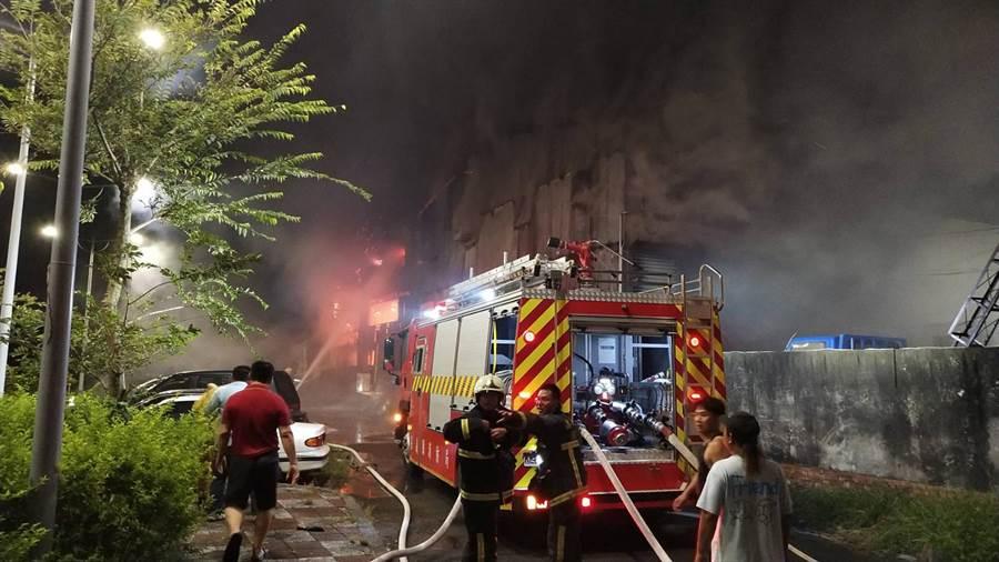 嘉縣消防隊獲報後,出動10台消防車趕往現場灌救。(張毓翎翻攝)