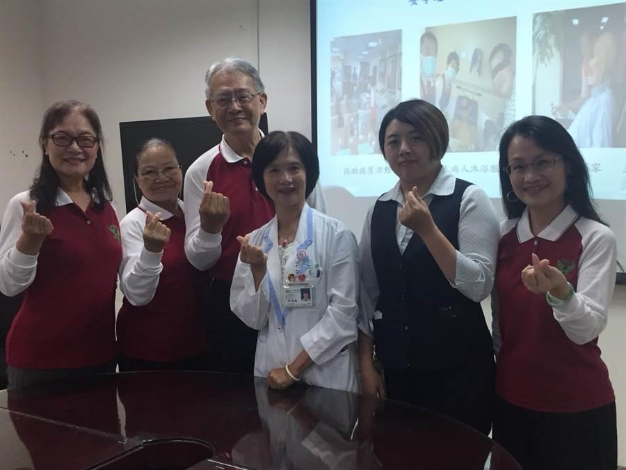 夫妻檔志工林茂龍、黃孝源(左二、左三)退休後成為志工。(曹婷婷攝)