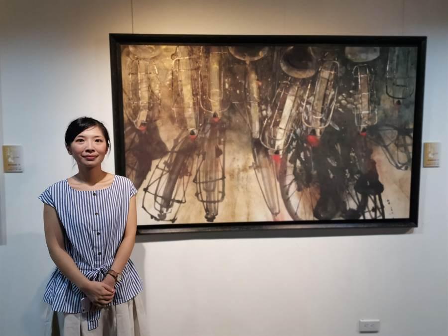 陳芃宇赴日學畫8年,以潑墨結合日本膠畫,創造自己獨特風格,作品「當我離開的那一天」畫出主人已離校的腳踏車與陰影,獲日本第44回創畫展獎勵賞。(劉秀芬攝)