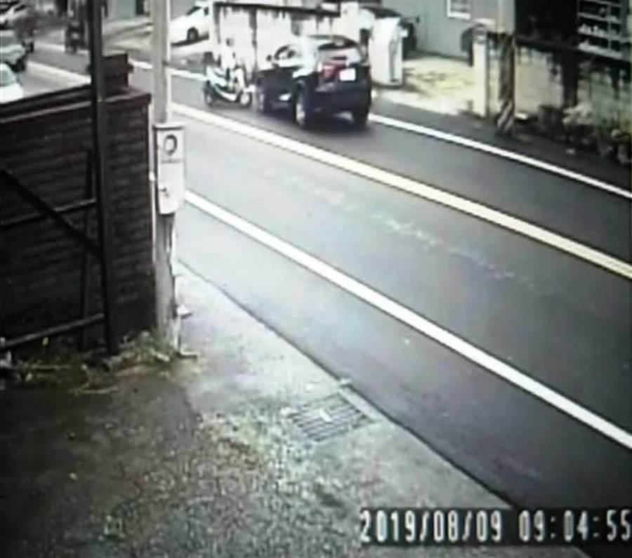 蔡女被車門撞飛到對向車道,又遭黑色休旅車迎面撞上。(讀者提供)