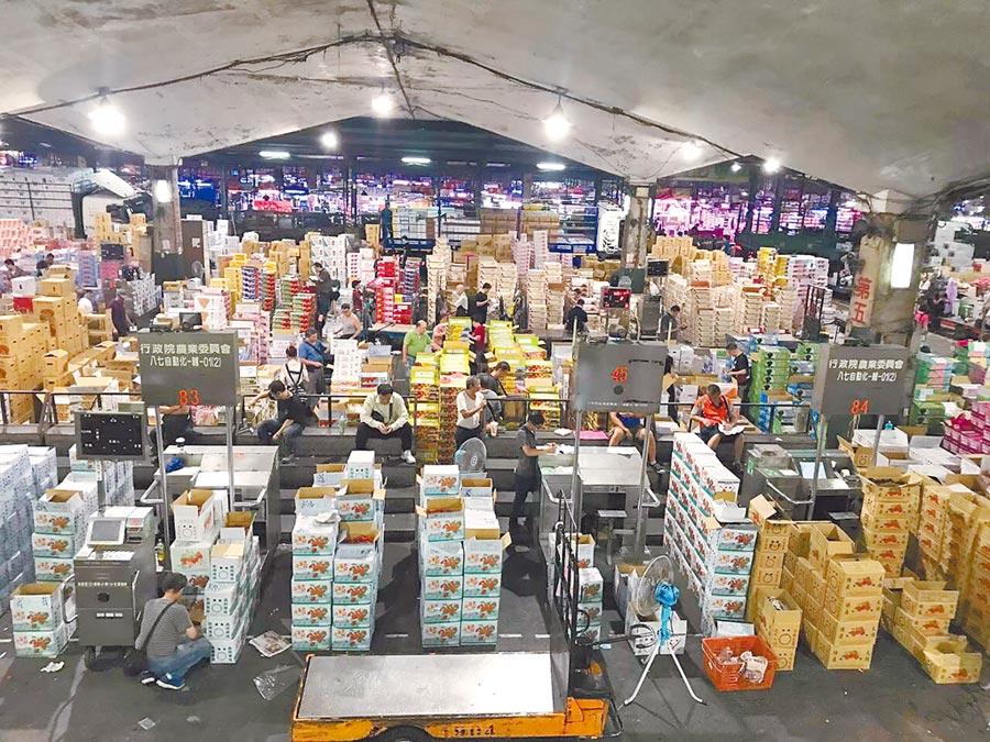 昨上午中央氣象局發布強颱利奇馬陸上警報,由於各地開始搶收,台北市市場處表示,第一、第二果菜批發市場到貨量增加,平均價格下跌。(台北市市場處提供)