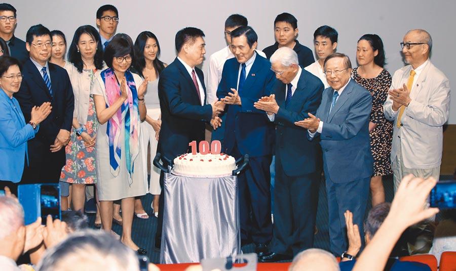 前行政院長郝柏村回憶錄新書8日發表,適逢百歲華誕,受邀出席的前總統馬英九(中右)等來賓陪同郝龍斌(中左)家族成員在百歲蛋糕前一同為郝柏村祝壽。(鄭任南攝)
