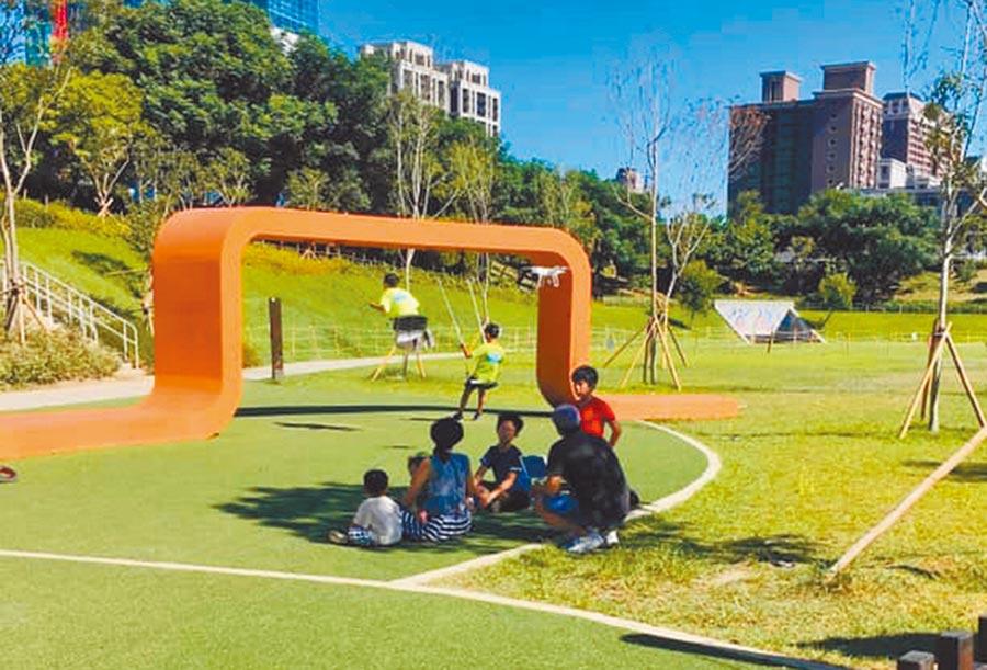 竇智孔日前帶家人在公園玩空拍機(紅圈處)。(翻攝自網路)