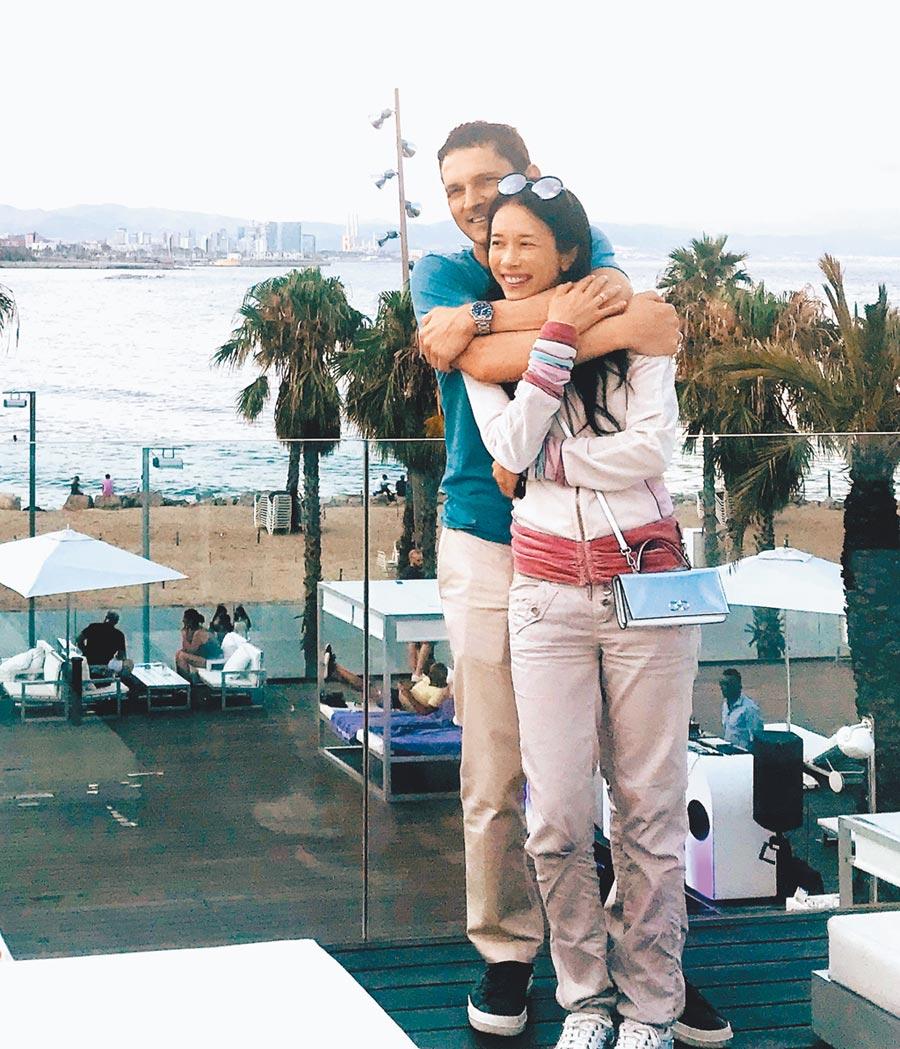 莫文蔚(前)七夕放閃,在微博Po出德籍老公從背後熊抱的甜蜜照片。