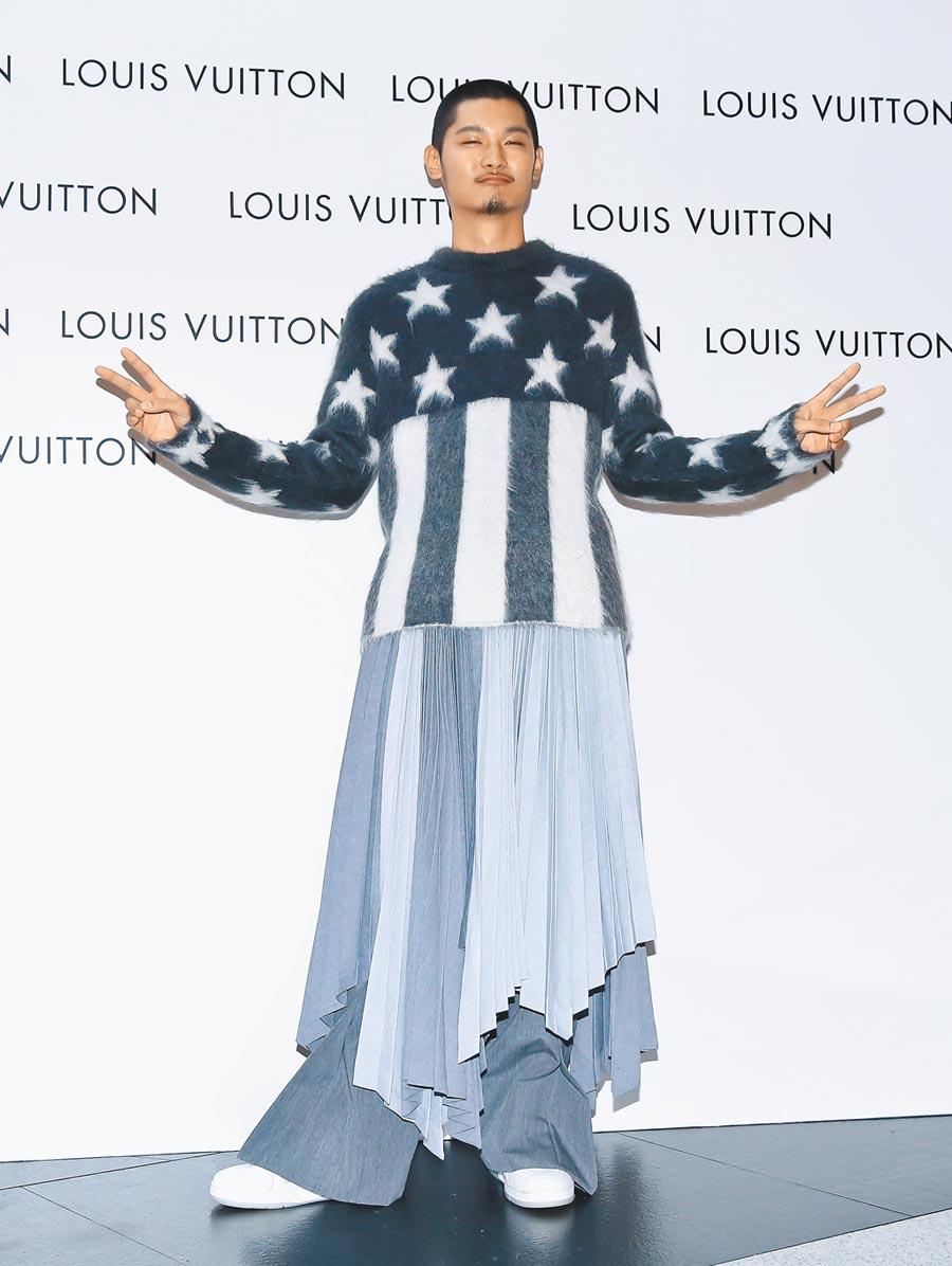 Leo王穿著LV美國國旗馬海毛提花圓領衫3萬9700元,百褶裙18萬2000元,特大壓摺開衩長褲4萬1600元。(陳俊吉攝)