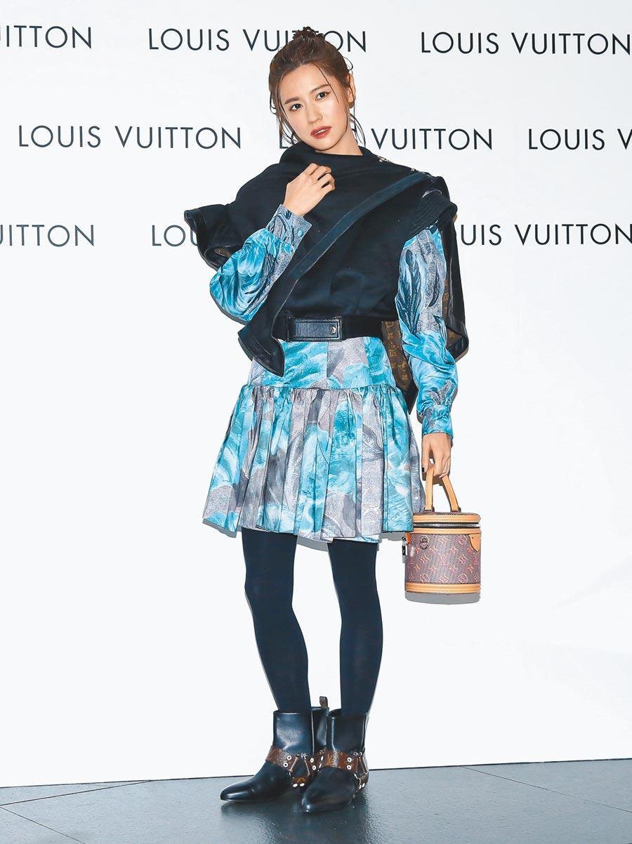林予晞穿著LV荷葉邊披肩背心 15萬9000元,荷葉邊印花連身裙21萬8000元,RHAPSODY短靴5萬2500元,CANNES手袋9萬4500元。(陳俊吉攝)