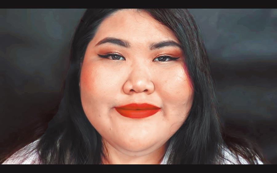 不化妝上街就是嚇人?韓國網紅「Lina Bae」藉由「我不漂亮」這支影片,挑戰社會對於美醜的僵化定義。圖為上妝後的Lina Bae。(截取自網路)