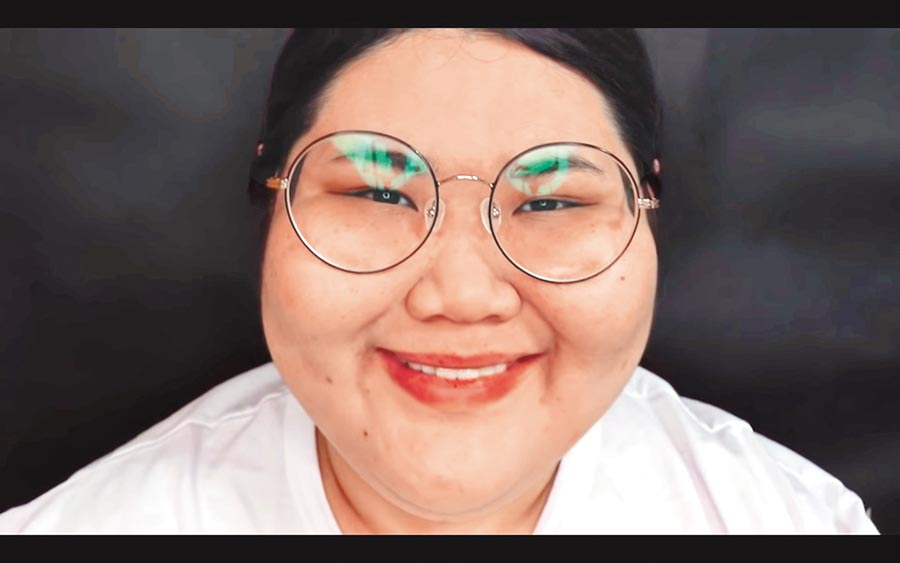 韓國網紅「Lina Bae」從小就因為生病變胖,又被霸凌而憂鬱症,如今藉由youtube影片傳遞心聲,圖為卸妝後、恢復自己真實樣貌的她。(截取自網路)