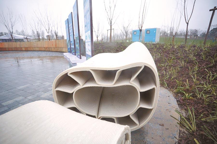 1月11日,大陸第一座運用3D列印技術的景觀橋在上海桃浦中央綠地落成。圖為展示模型。(中新社)