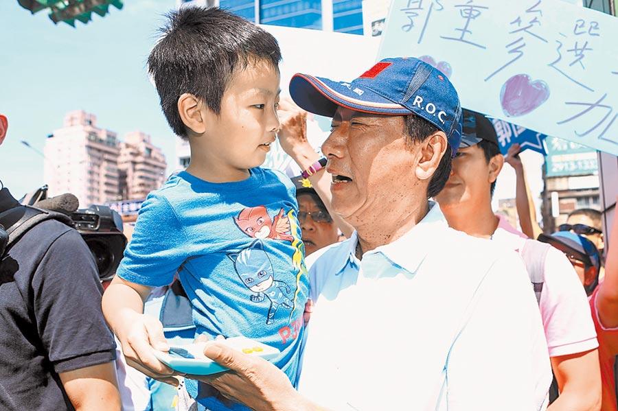 郭台銘的下一步尚未明朗,圖為7月14日郭當時因初選到北市文山區掃街。(本報系資料照片)