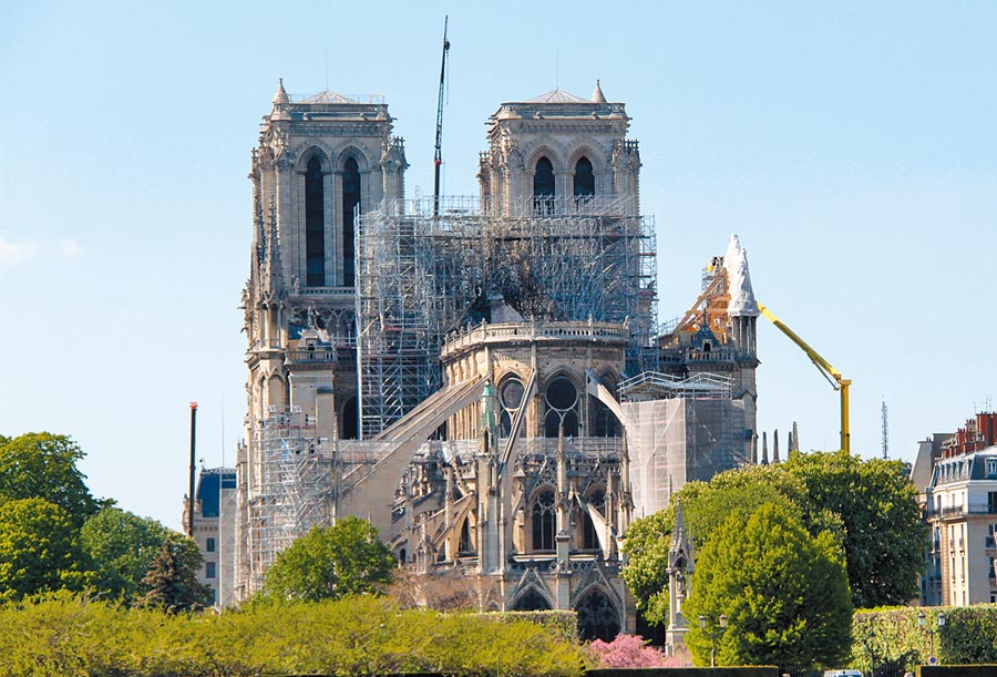 巴黎聖母院在為燒毀部分進行維護清理工作。(中新社資料照片)