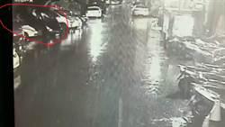 誤踩油門倒退「騎上」後車 網:颱風有這麼大嗎?