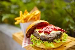 漢堡、牛排吃得到「紅燒牛肉麵味」!各餐廳大玩創意端美味