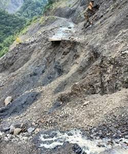 仁愛鄉力行產業道路柔腸寸斷 精英村邊坡下陷崩塌