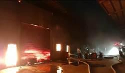 大園工廠火警 消防隊出動31車77人救火