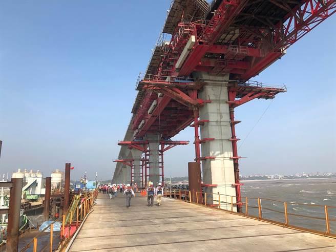 金門大橋目前進度已達49.39%,較預定進度50.36%僅微幅落後。(李金生攝)