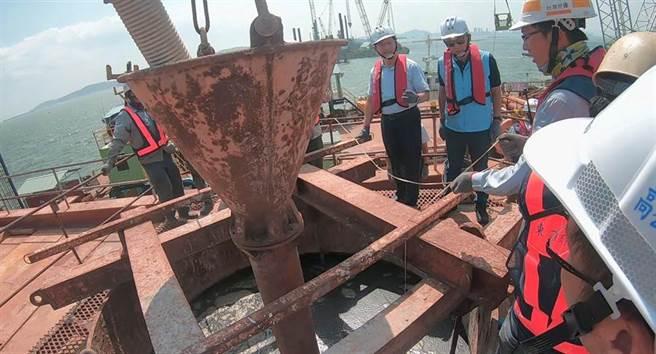 林佳龍部長與楊鎮浯縣長共同見證主橋最後1支樁澆注作業。(縣府提供)