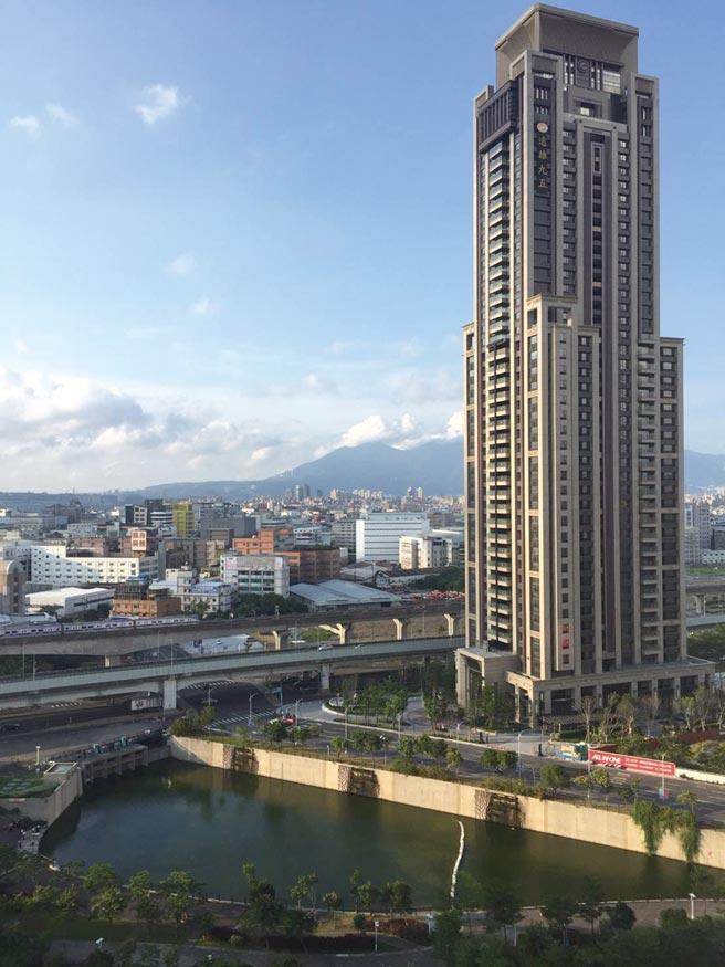 「遠雄九五」建築物總樓高183米,為新莊副都心指標大樓,2019年高樓層戶成交每坪達70萬元。圖/科達機構提供