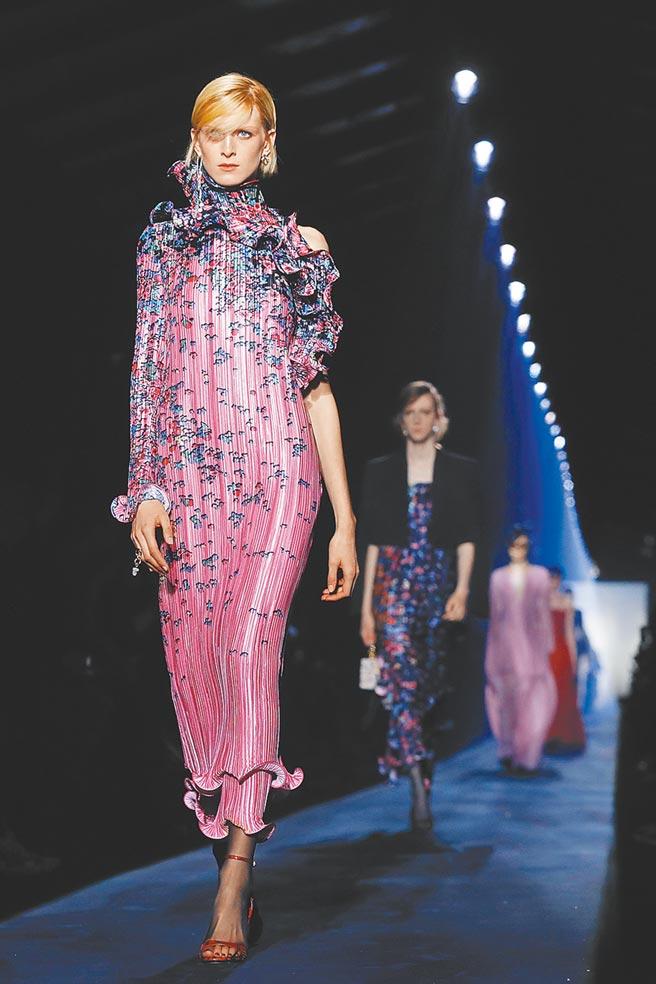 穿Givenchy秋冬印花荷葉打摺洋裝。(Givenchy秀圖/美聯社)