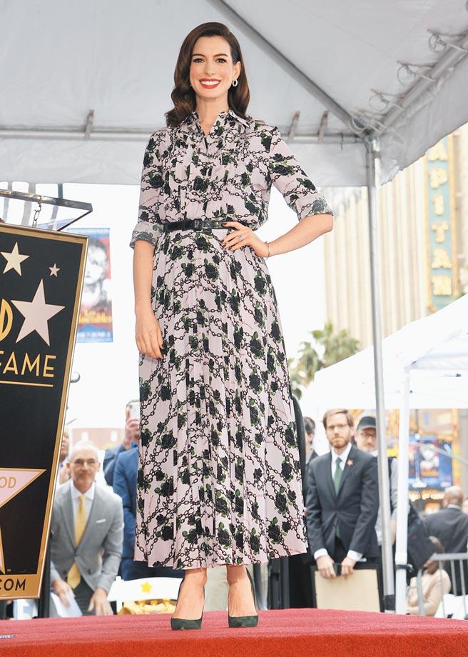 安海瑟薇今年5月名留好萊塢星光大道時已懷有身孕,當時她選Valentino早秋帶領印花洋裝。(美聯社)