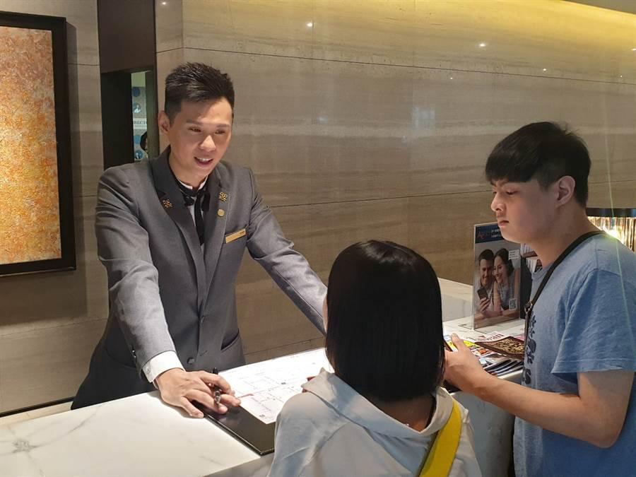 尊榮大使-李懿軒親切為顧客服務。(照片/游定剛 拍攝)