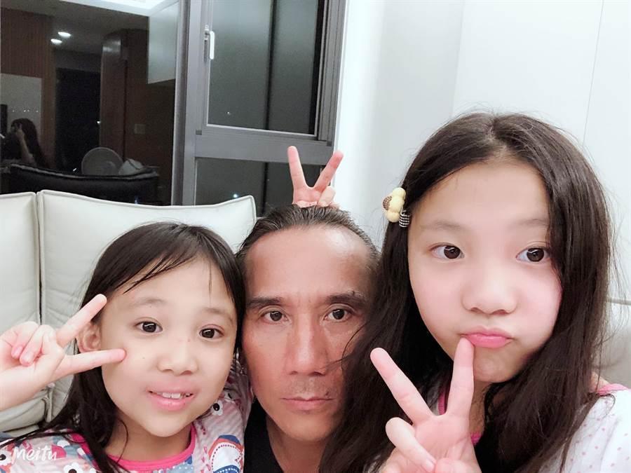 顏志琳和2女兒開心合影。(華研國際提供)