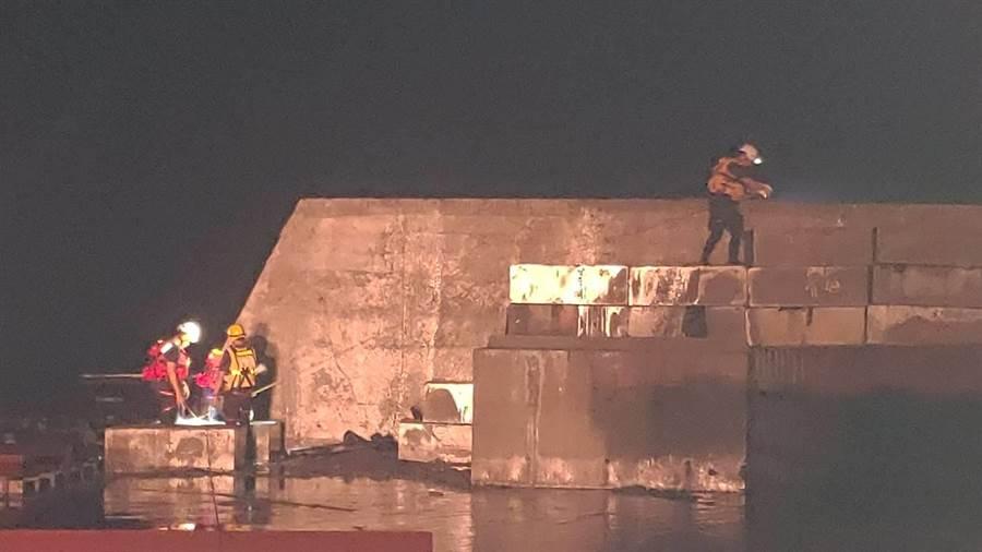 搜救人員在李姓偵查佐落海處附近搜索。(胡健森翻攝)