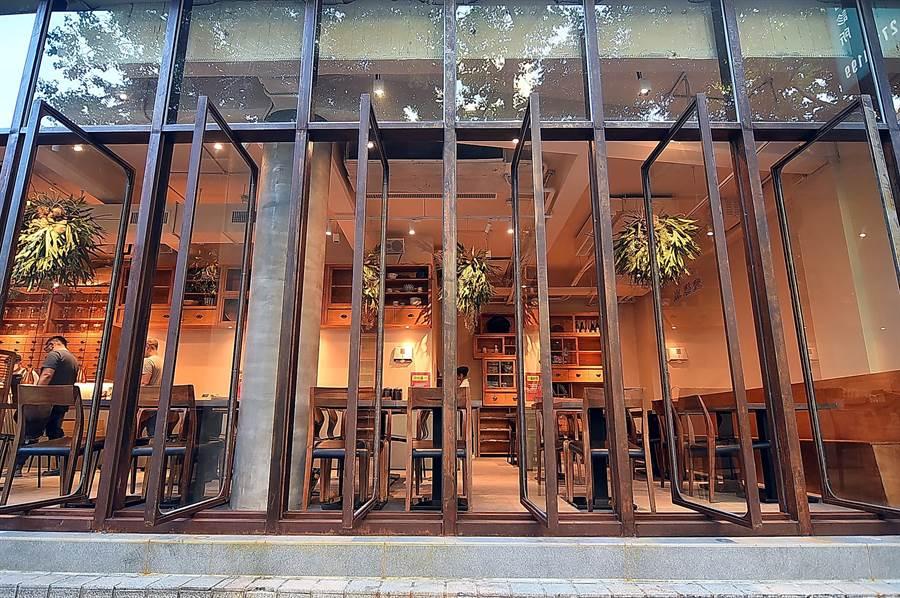 〈麻膳堂〉光復店改裝重新營業,臨街的落地窗可完全打開,氣圍更輕鬆自在。(圖/姚舜)