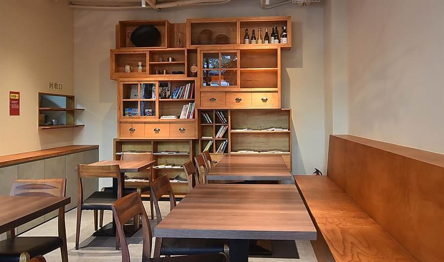 〈麻膳堂〉光復店經過改裝後,室內陳設已擺脫中式麵館或飯堂印象,而像西式的Cafe。(圖/姚舜)