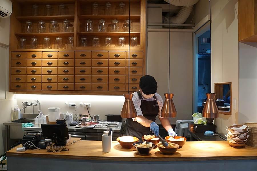 〈麻膳堂〉光復店改裝後,點餐流程與結帳方式亦改變,客人在櫃檯點餐後再自取餐具找座位。(圖/姚舜)