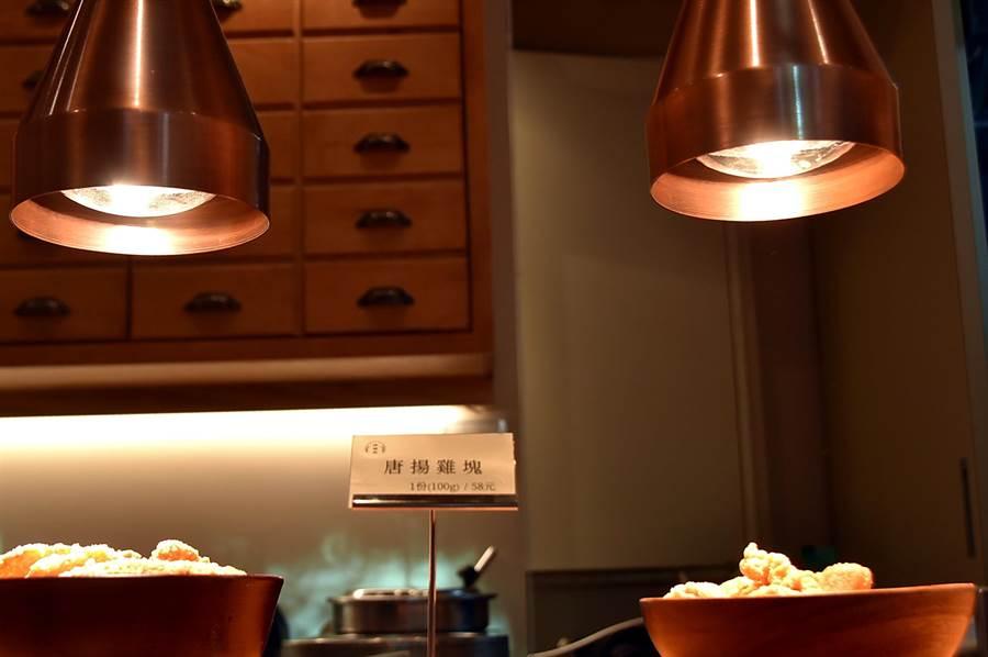 到〈麻膳堂〉光復店用餐,可先選櫃檯保溫下的各式炸物,搭配麵飯吃食。(圖/姚舜)