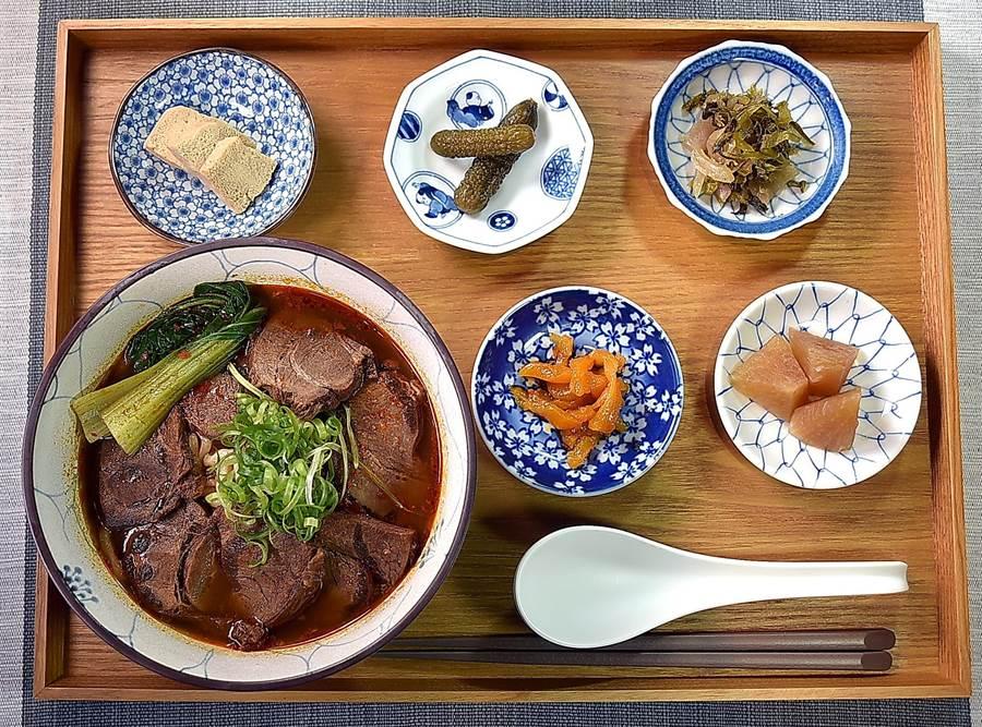 〈麻膳堂〉的〈麻辣牛肉麵〉套餐,會附上凍豆腐、滷蘿蔔、菜脯與酸菜等,讓客人當配料佐食。(圖/姚舜)