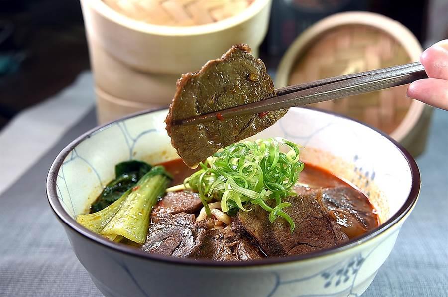 〈麻膳堂〉的〈麻辣牛肉麵〉主要食材是澳洲牛腱,有特別的嚼勁。(圖/姚舜)