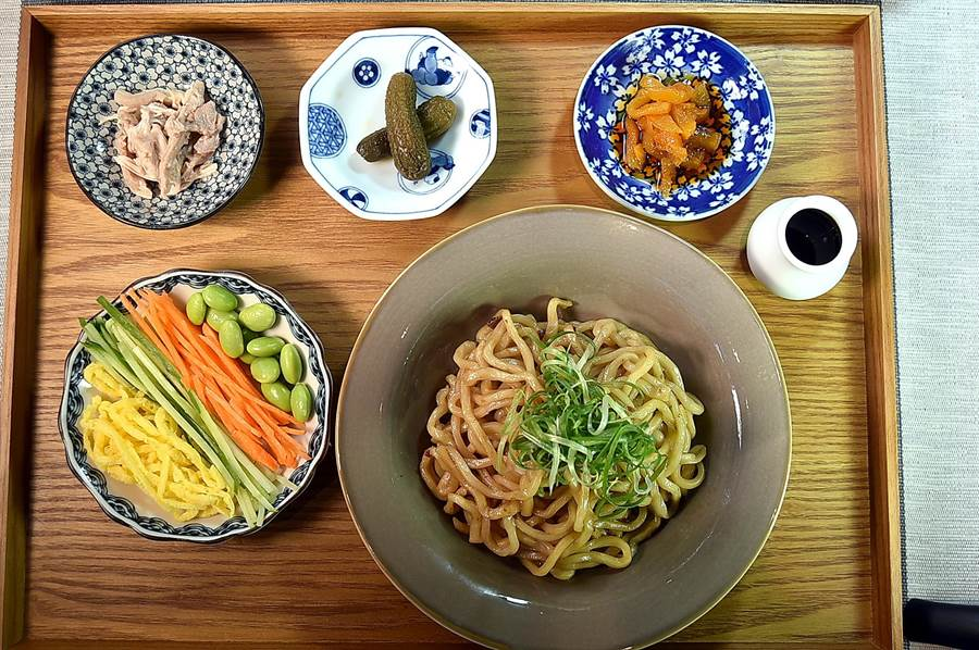 〈麻膳堂〉的〈蔥油拌飯〉所附的配菜有雞肉絲、蛋絲、紅蘿蔔絲、毛豆,還有酸黃瓜和辣蘿蔔乾。(圖/姚舜)